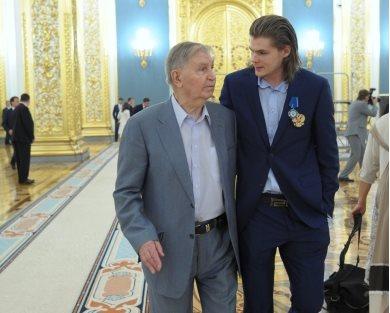 Viktor_Tikhonov_with_grandson